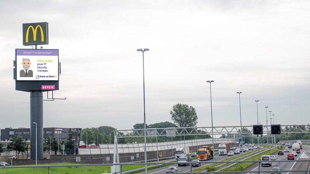 Hoek en Blok is zichtbaar langs de A15 - Snelwegreclame